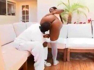 Une salope en lingerie blanche se prend trois mecs