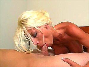 Une belle blonde charmante qui suce