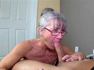 Une vieille mamie cochonne très chaude du cul